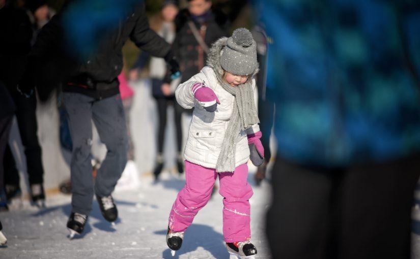 Otwarte sztuczne lodowisko blisko centrum miasta