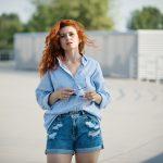 Krótkie jeansowe spodenki z kieszeniami iprzetarciami w roli głównej